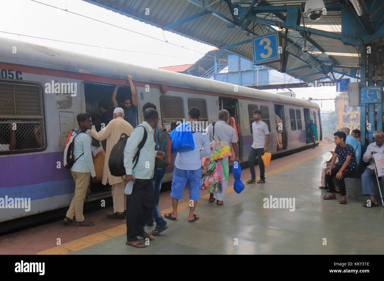 Les gens voyagent en train urbain au centre-ville de Mumbai en Inde. Banque D'Images