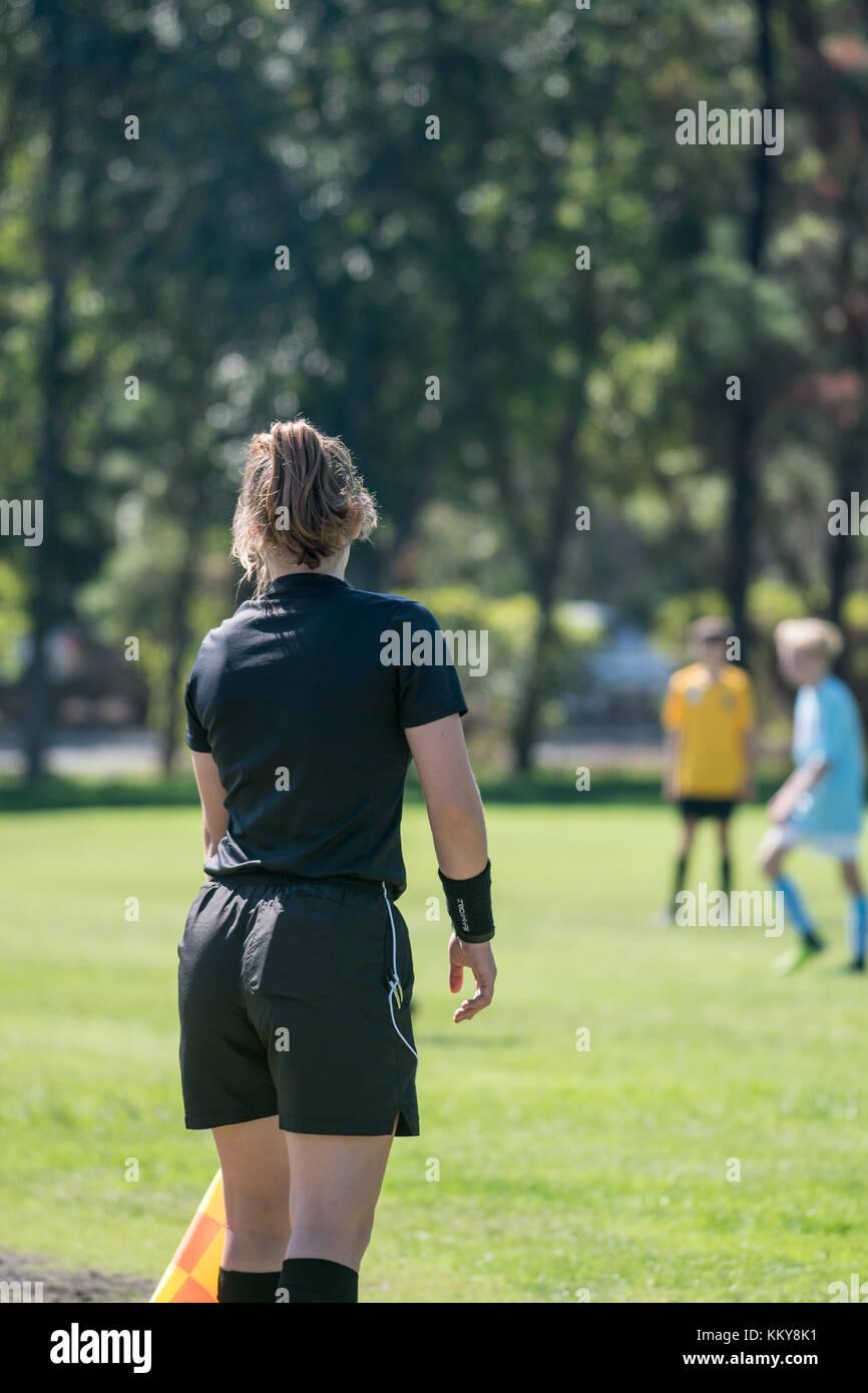 Arbitre assistant gardant un œil attentif sur les joueurs de football afin de s'assurer qu'ils ne sont pas Photo Stock