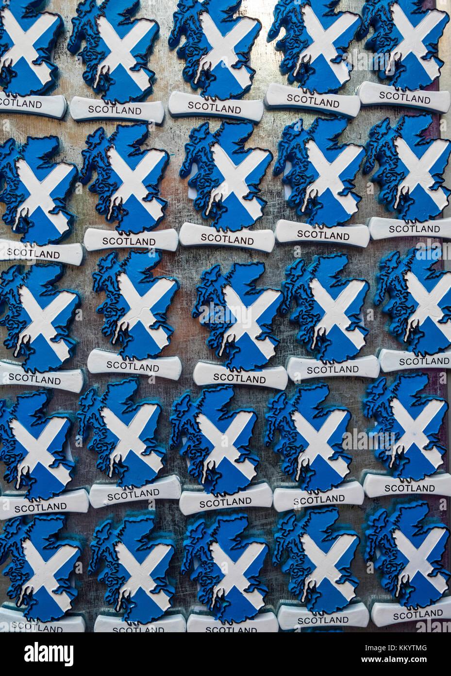 Beaucoup d'aimants en forme de carte avec drapeau écossais pour la vente en boutique de cadeaux touristiques Photo Stock