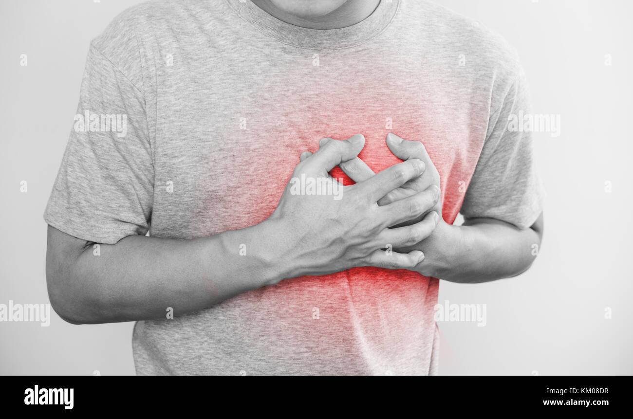 Un homme de toucher son coeur, avec des rouges soulignent d'attaque cardiaque, d'insuffisance cardiaque, Photo Stock