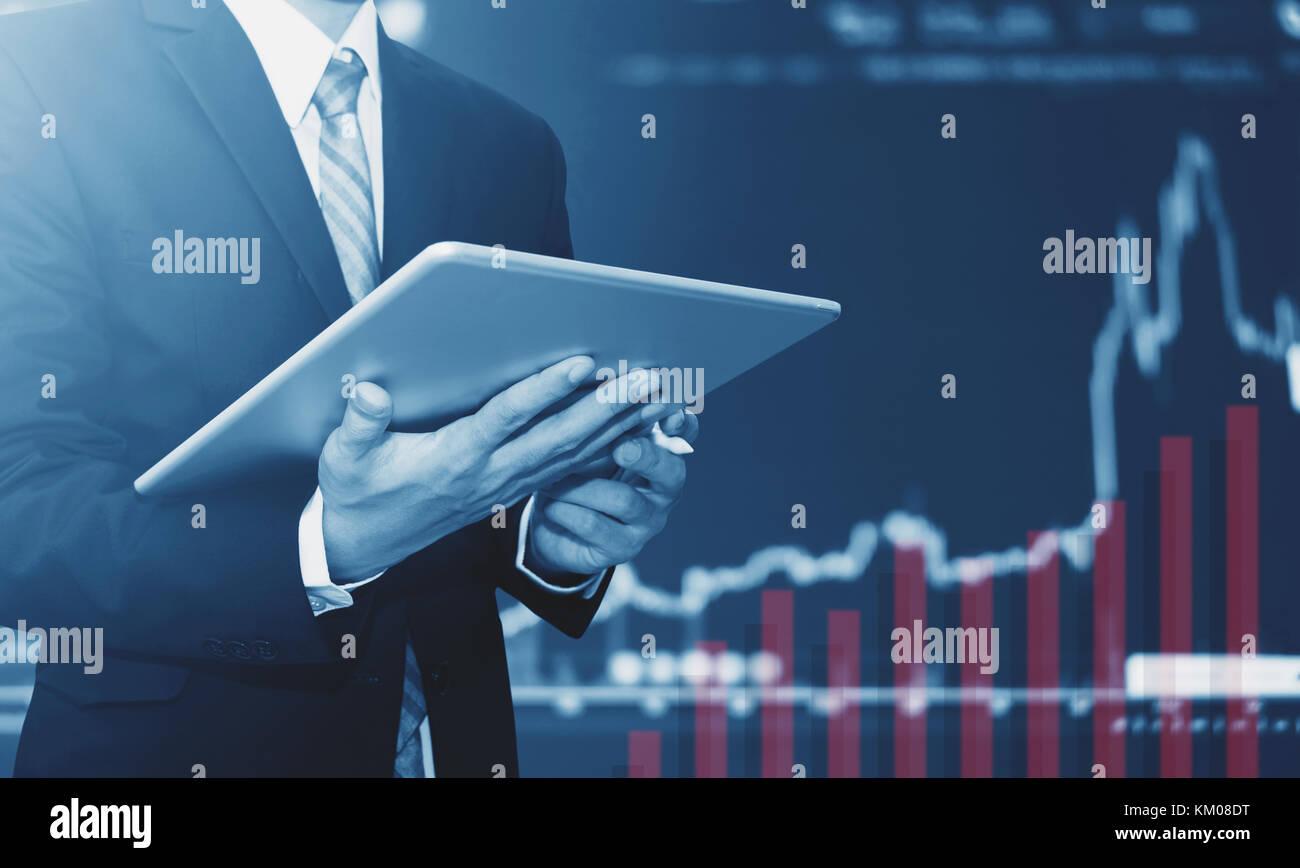 Businessman using digital tablet, soulevant l'arrière-plan graphique. La croissance de l'entreprise, Photo Stock