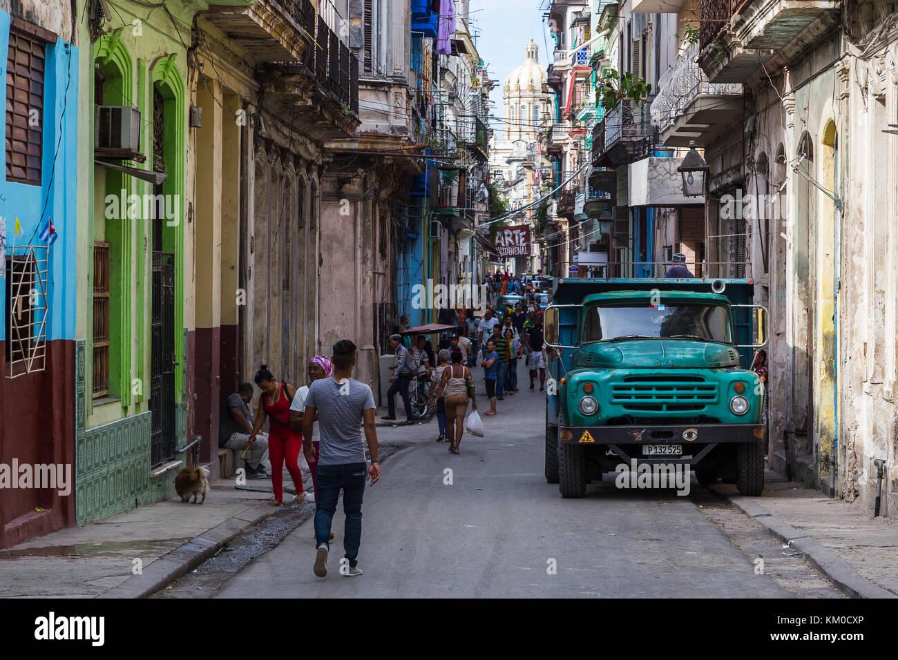 Une longue rue étroite à La Habana Vieja (la vieille Havane) un matin plein de gens locaux et de faire Photo Stock