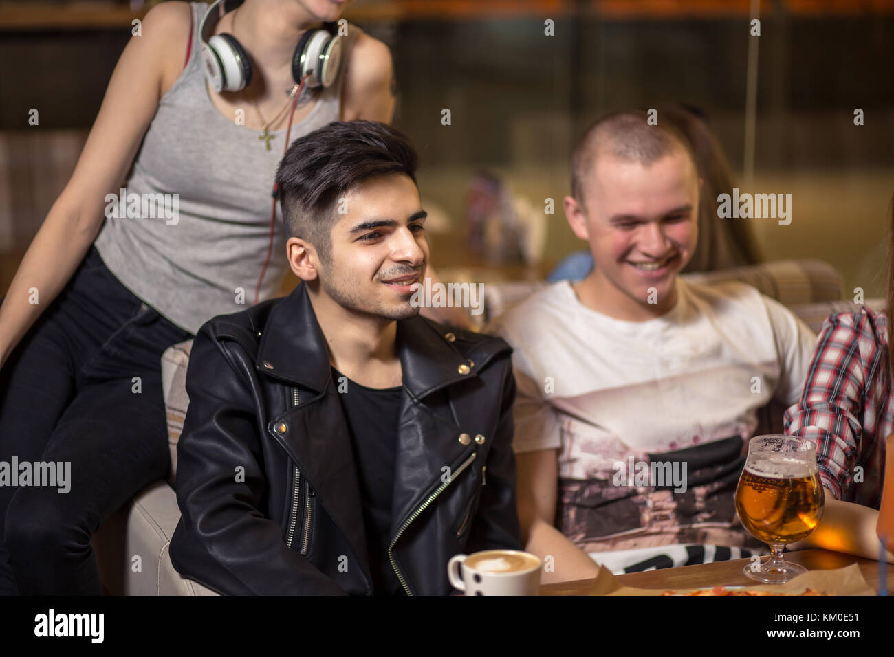 Groupe de personnes de boire du café en café concept Photo Stock