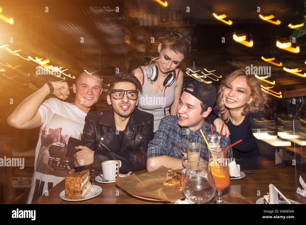 Les amis de s'amuser et boire de la bière en boîte de nuit. longue exposition Photo Stock