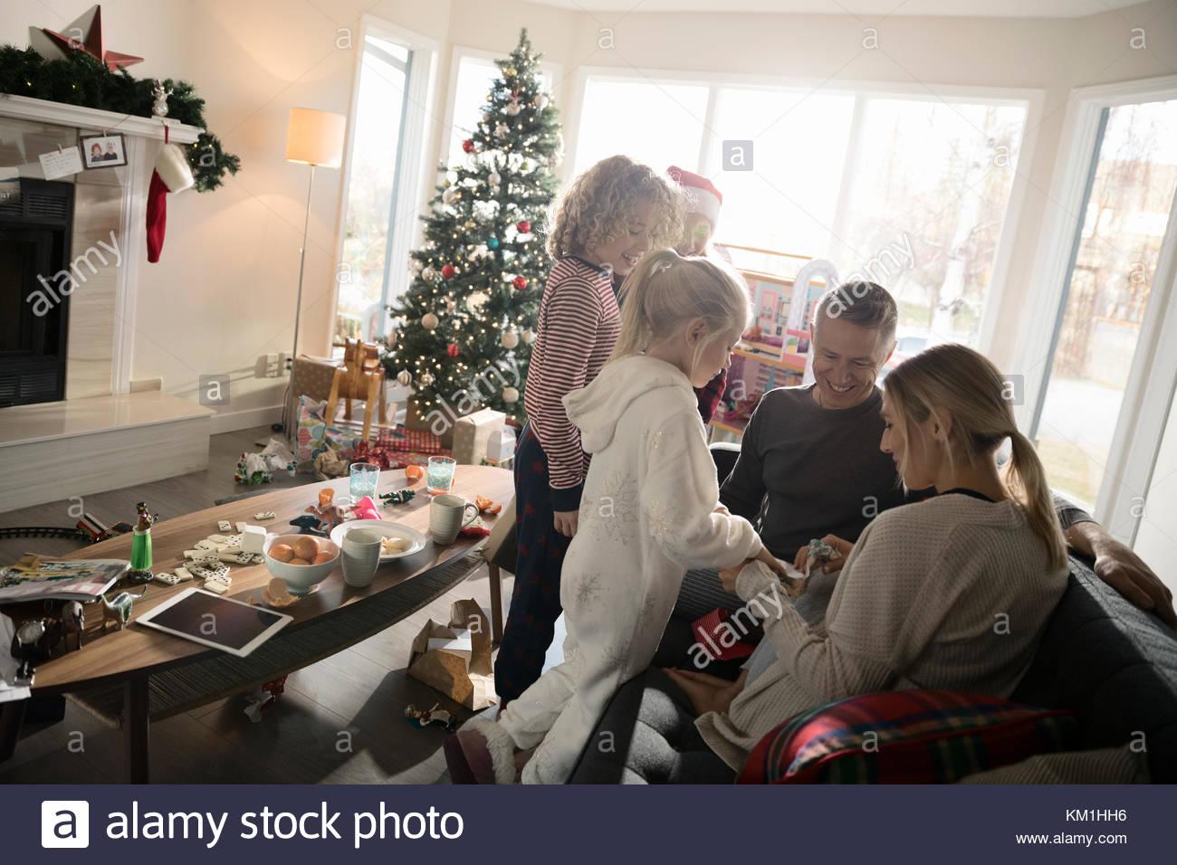 L'ouverture de la famille cadeau de Noël dans la salle de séjour Banque D'Images