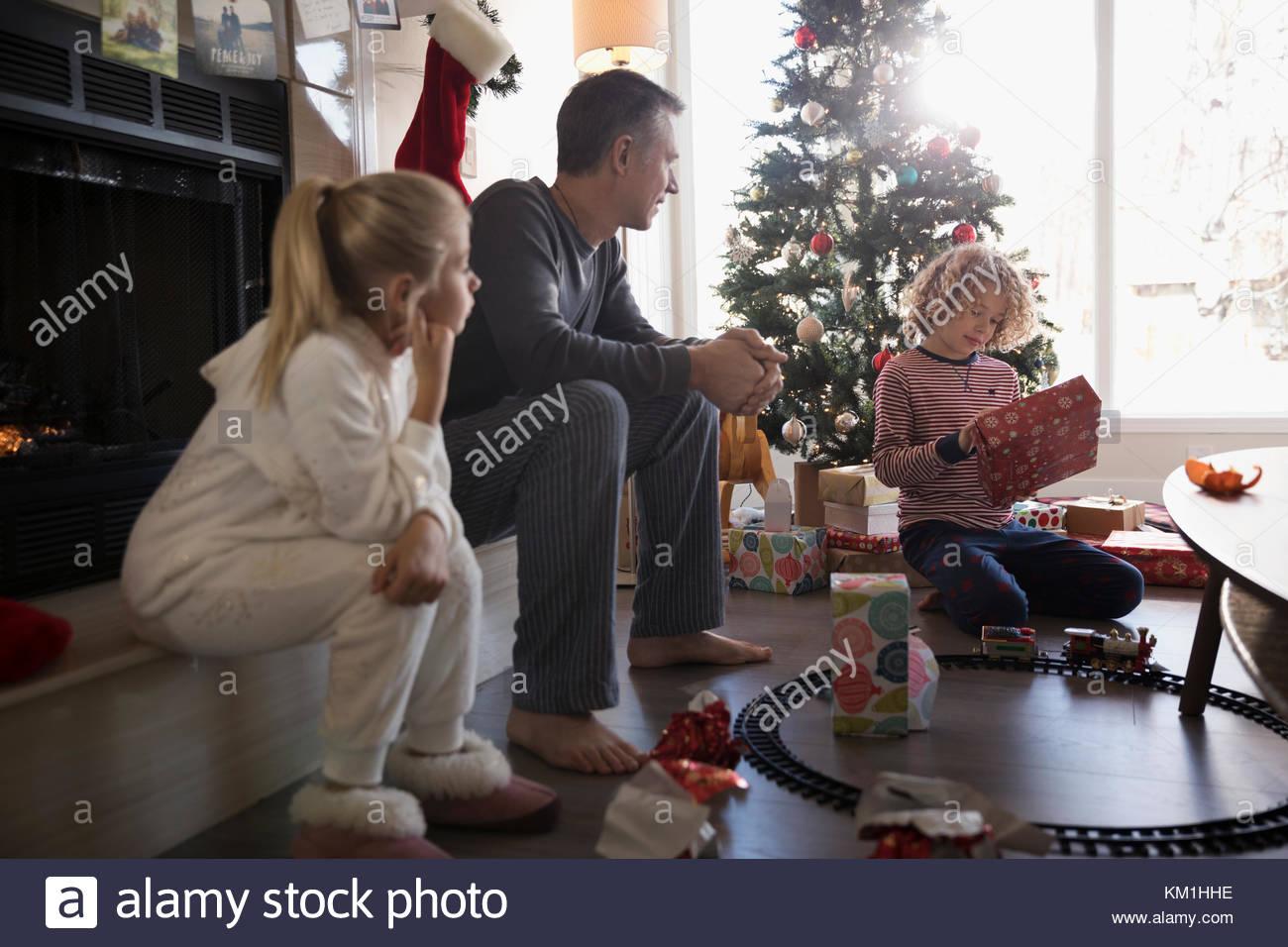 L'ouverture de la famille cadeaux de Noël dans la salle de séjour Photo Stock