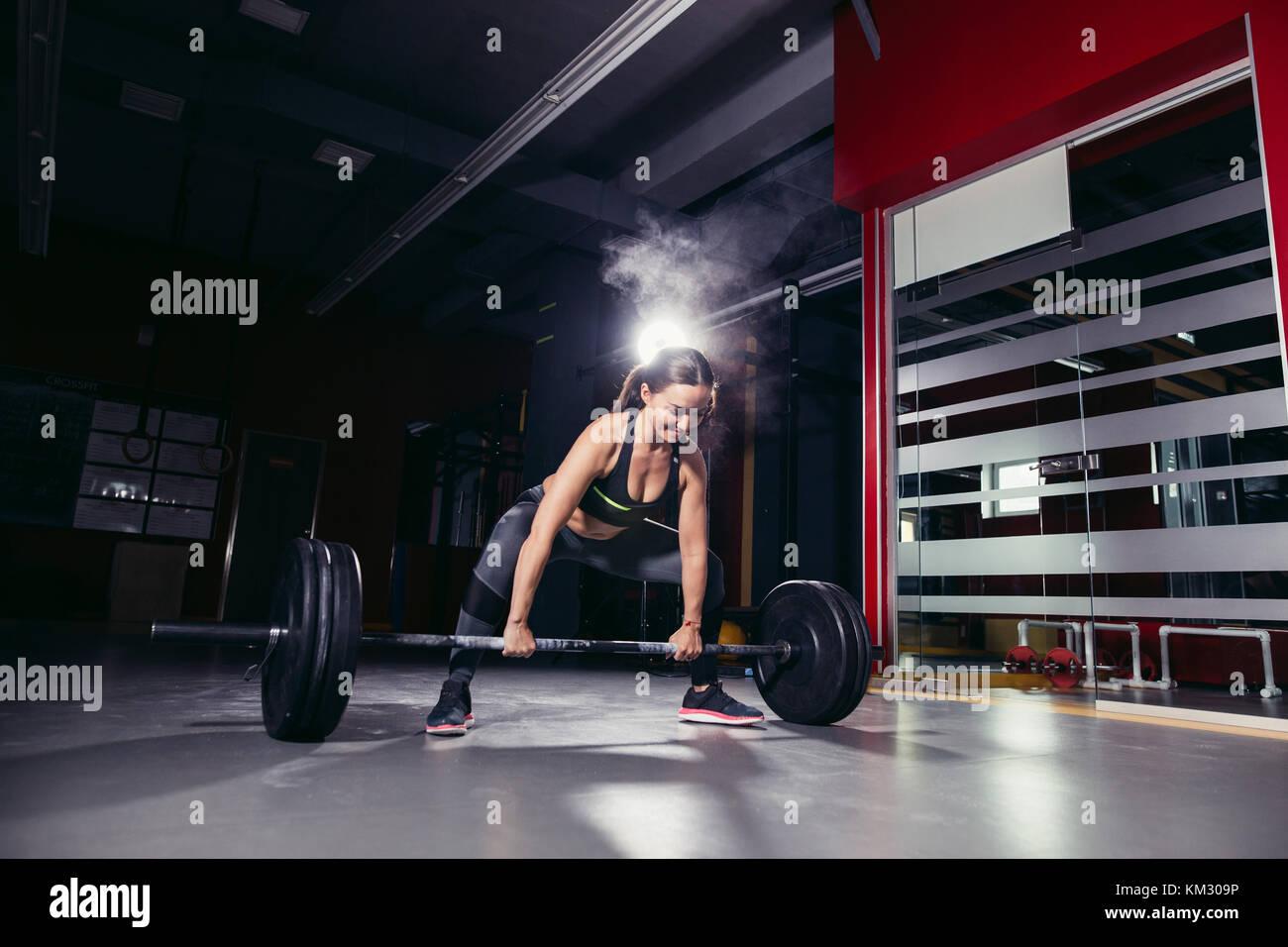 Cross fit woman dans la salle de sport Photo Stock