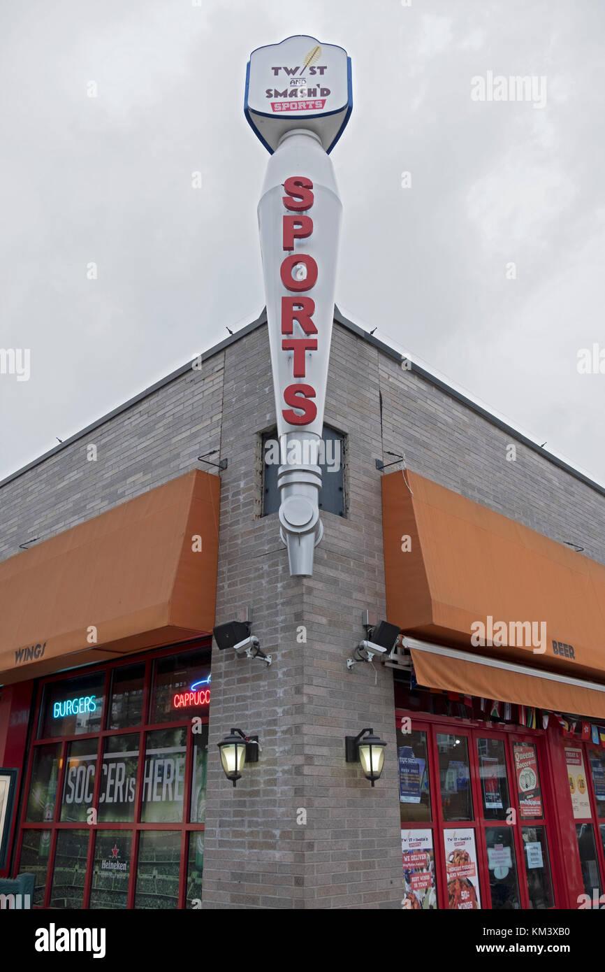 L'extérieur de la torsion et l'SMASH sports bar sur Steinway Street à Astoria, Queens, New York. Photo Stock