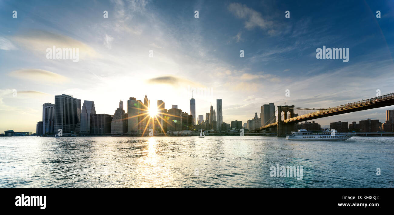 New york city - Manhattan avec un magnifique coucher de soleil sur Manhattan et le pont de Brooklyn, États Photo Stock