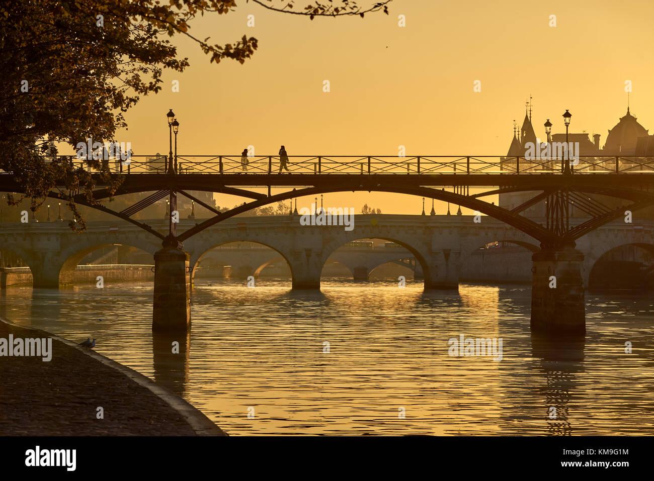 Le lever du soleil sur le Pont des Arts, Pont Neuf et des berges de la Seine. L'Ile de la Cité, 1e arrondissement, Banque D'Images