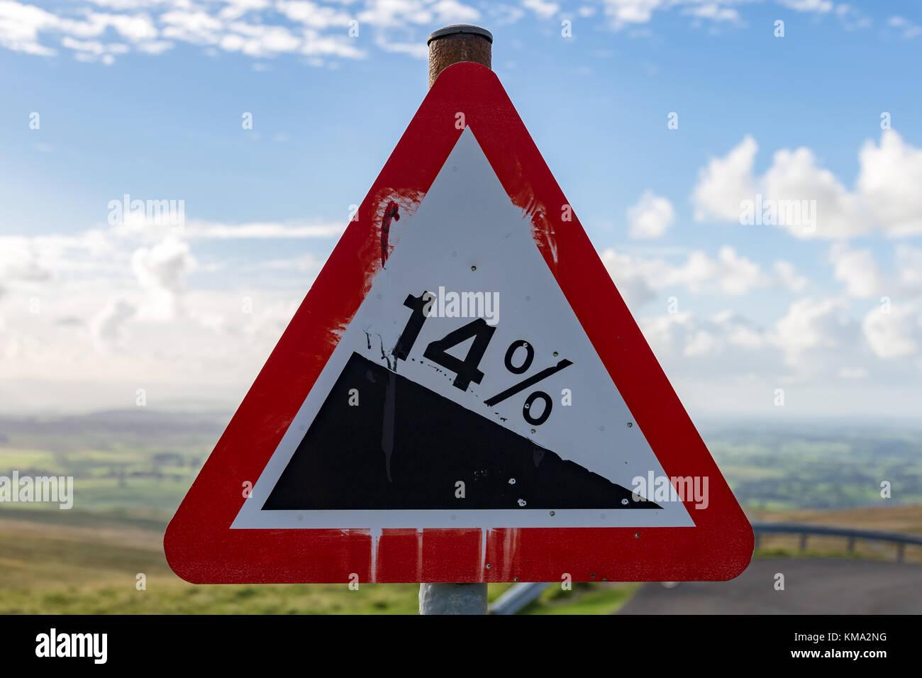 Signe: '14%' Descente, vu sur la B6270, à proximité de la Neuf normes Rigg, Yorkshire Dales, Cumbria, Royaume-Uni Banque D'Images