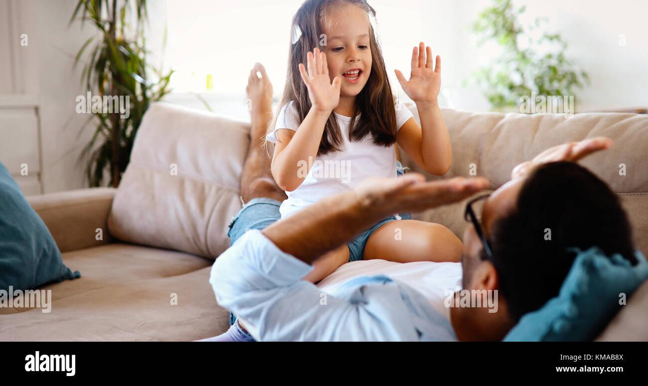 Portrait de père et fille jouer à la maison Photo Stock