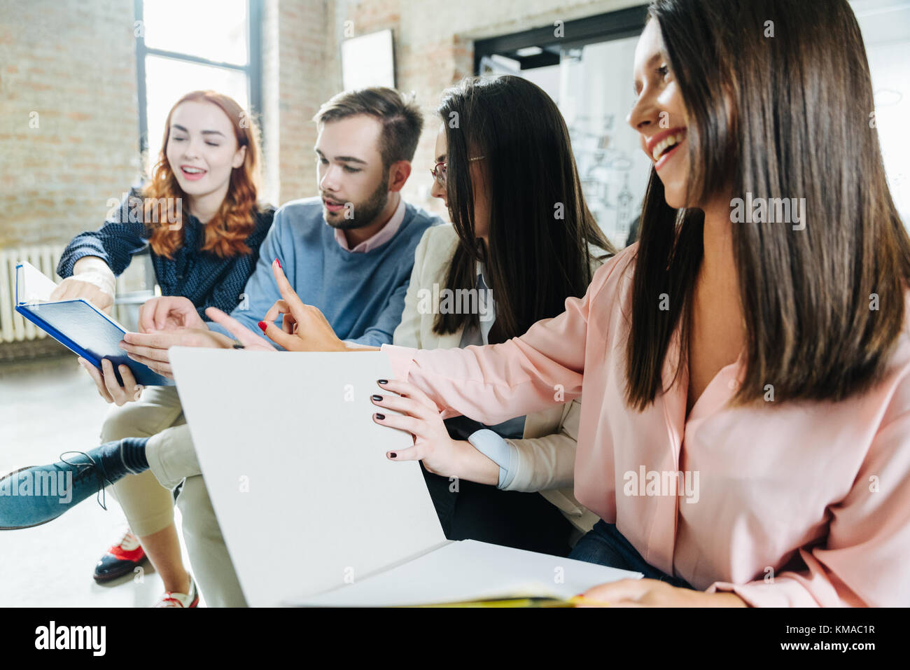 Image sociabilisation des jeunes stagiaires au travail Photo Stock