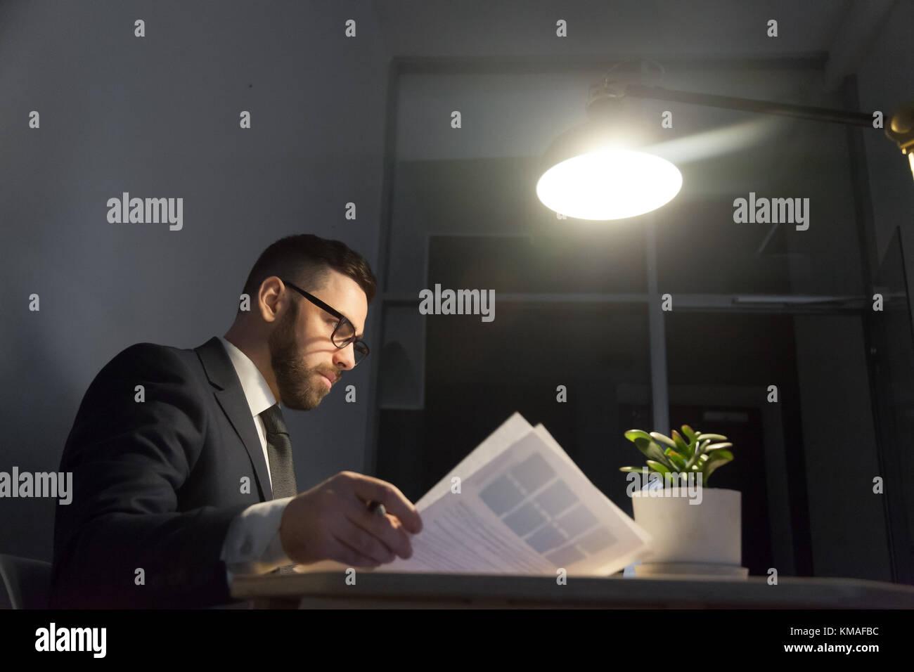 Homme confiant graves affaires de l'employeur et l'analyse des avantages note nouveau projet au quart de Photo Stock