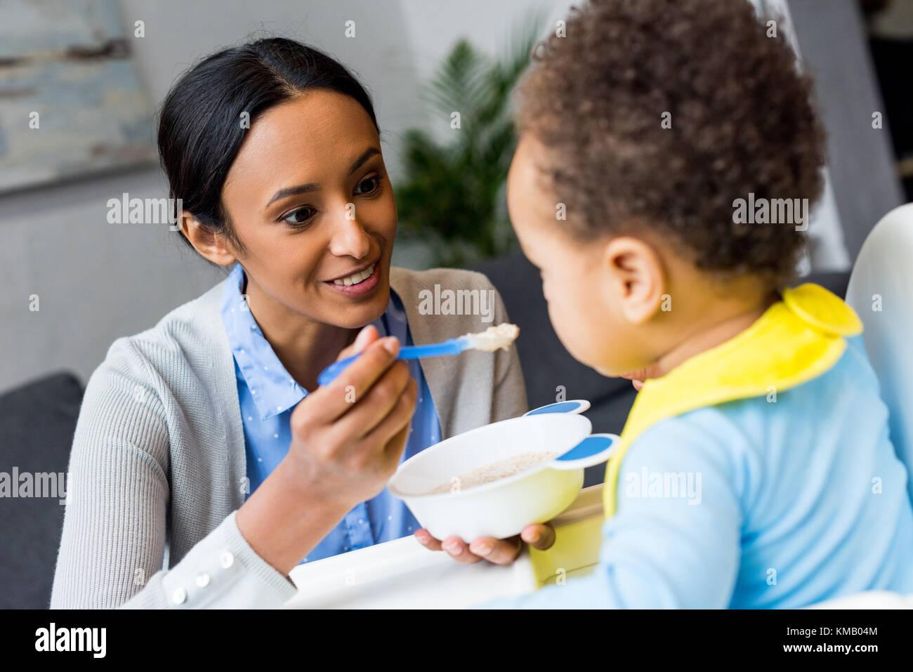 African American mother nourrir bébé Banque D'Images