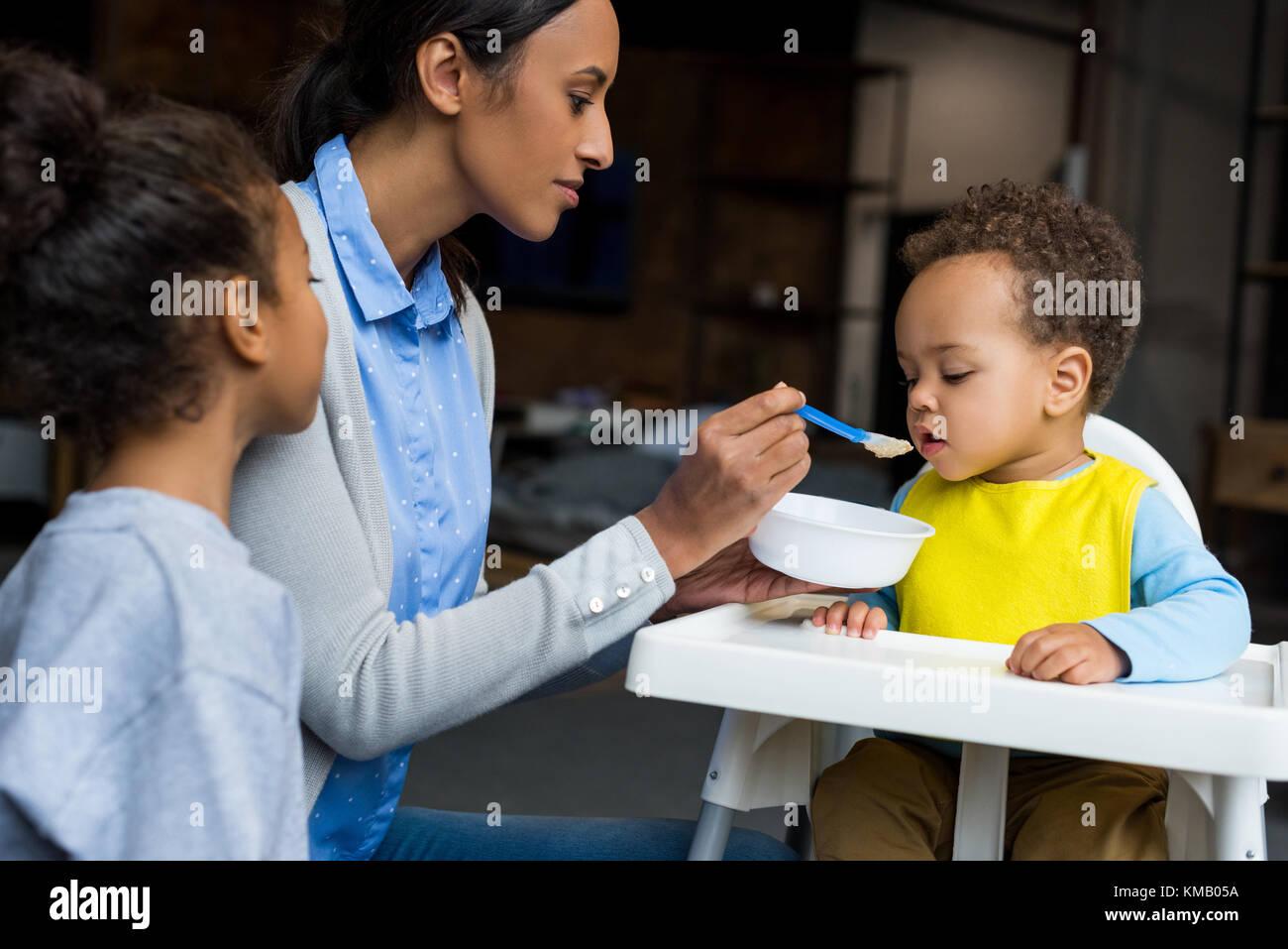 Mère et fille nourrir bébé Photo Stock