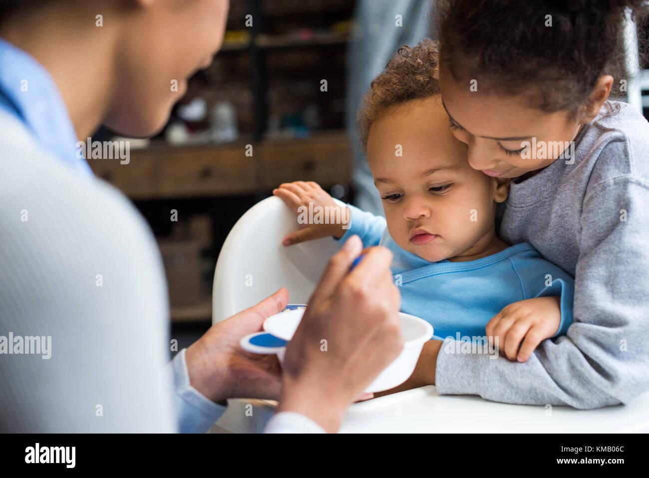 Nourrir bébé famille Photo Stock