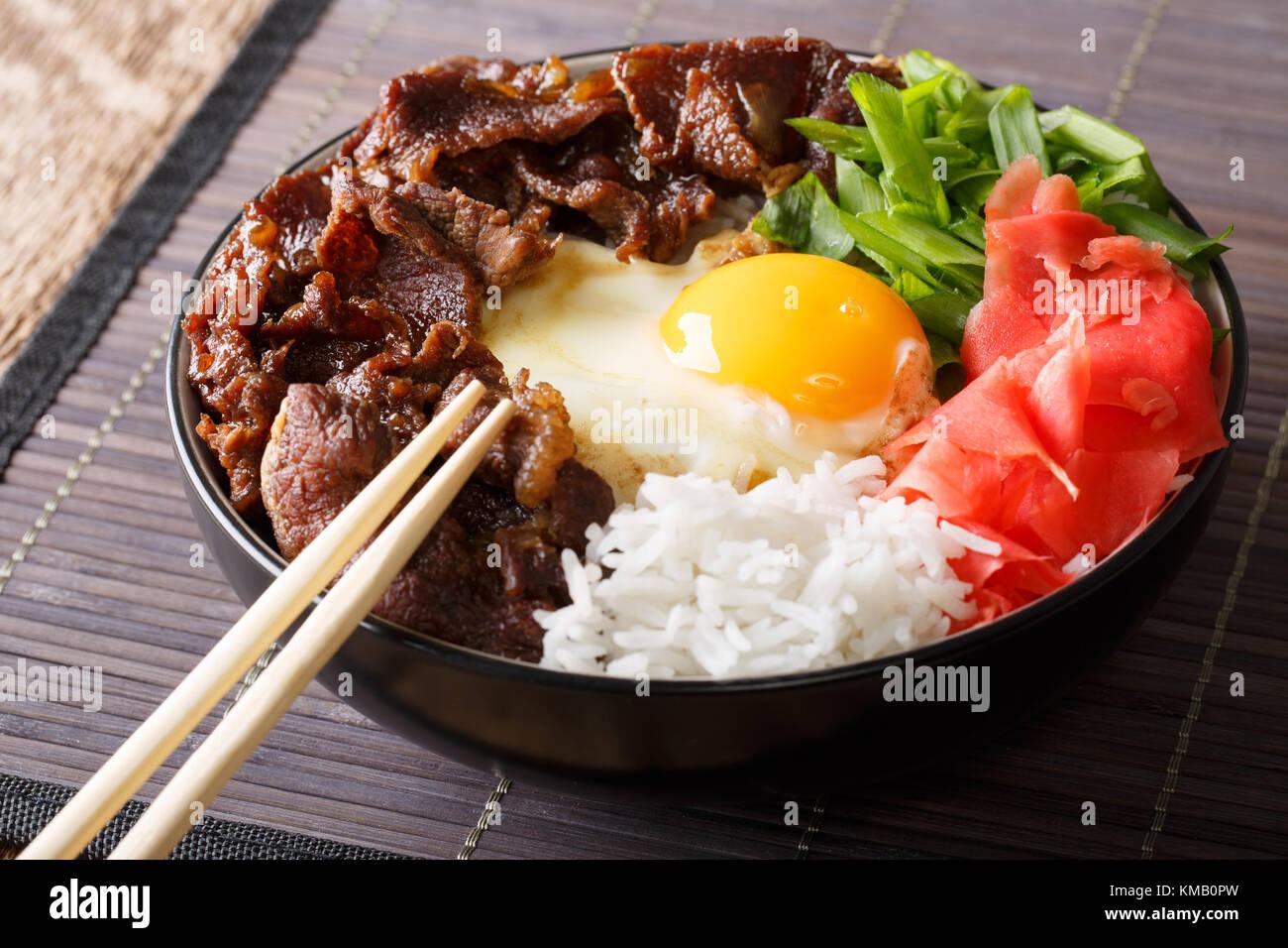 b uf gyudon japonais avec du riz l 39 oeuf le gingembre et. Black Bedroom Furniture Sets. Home Design Ideas