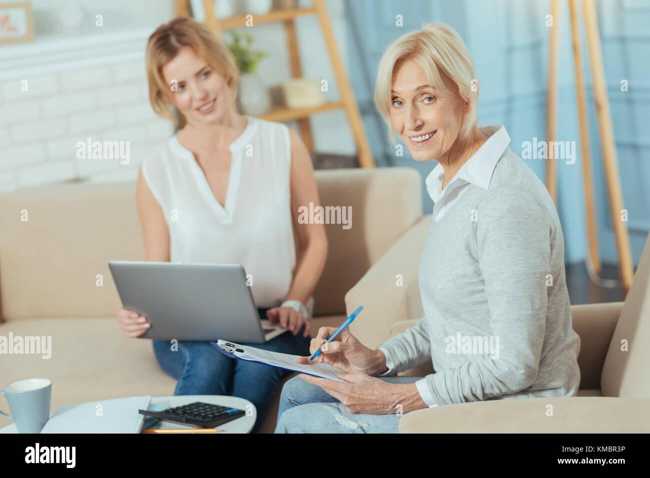 Vérification des documents pensionné positif et souriant Banque D'Images