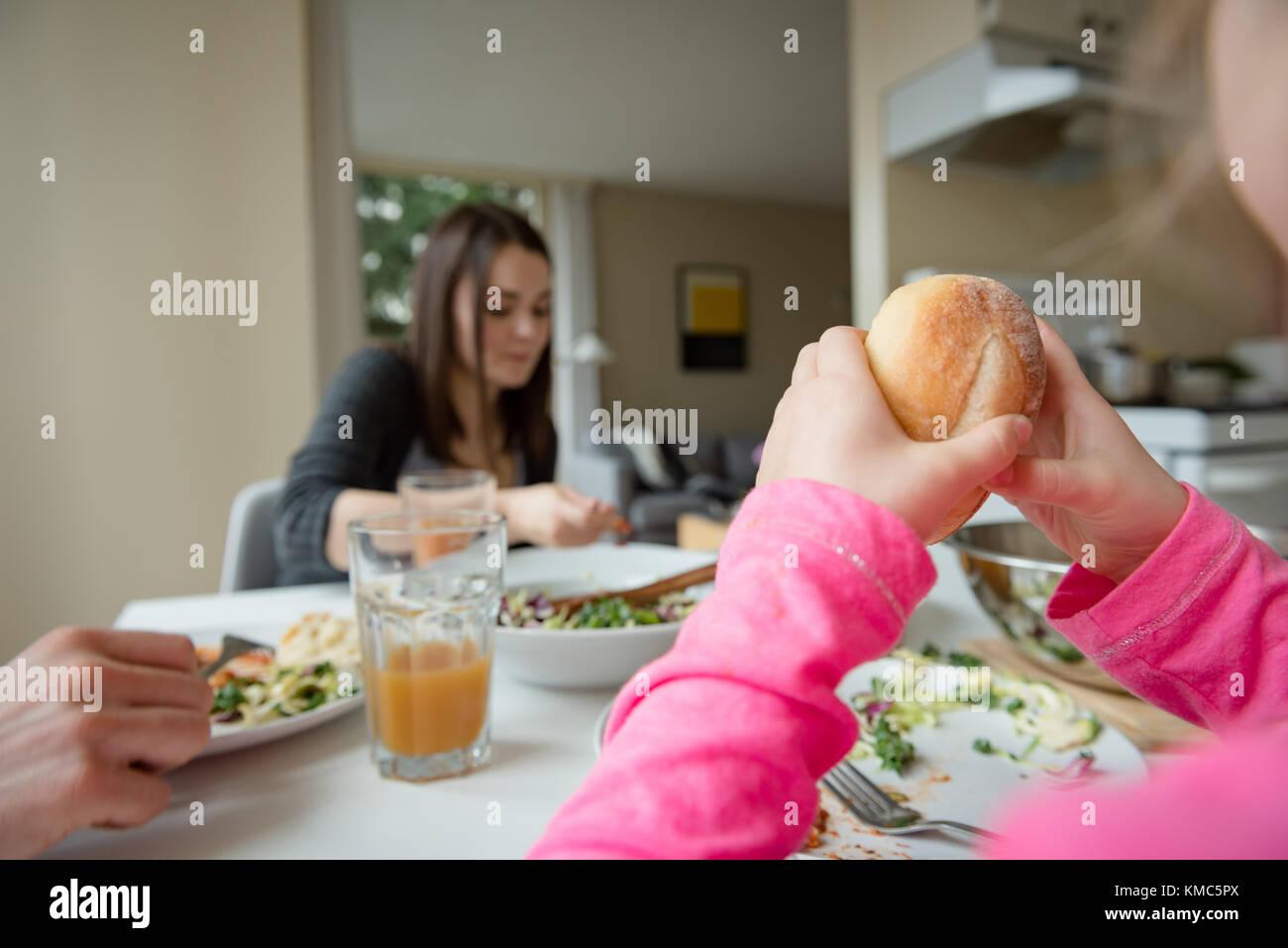 Le petit-déjeuner dans la cuisine familiale Photo Stock