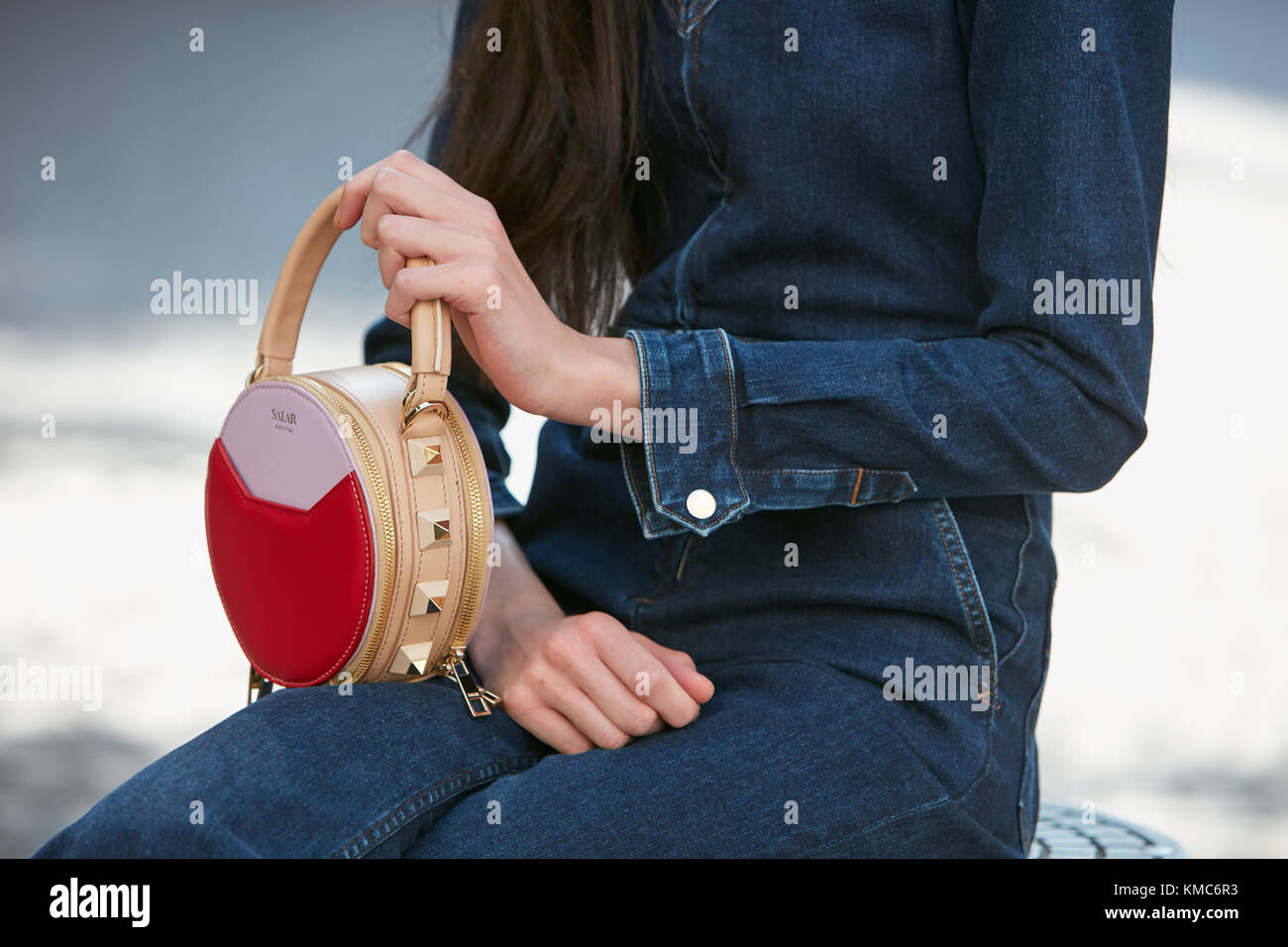 Milan - 23 septembre   femme avec salar rouge et beige et bleu Sac en cuir  bleu jeans blumarine avant fashion show, Milan Fashion week street styl 90299a05628