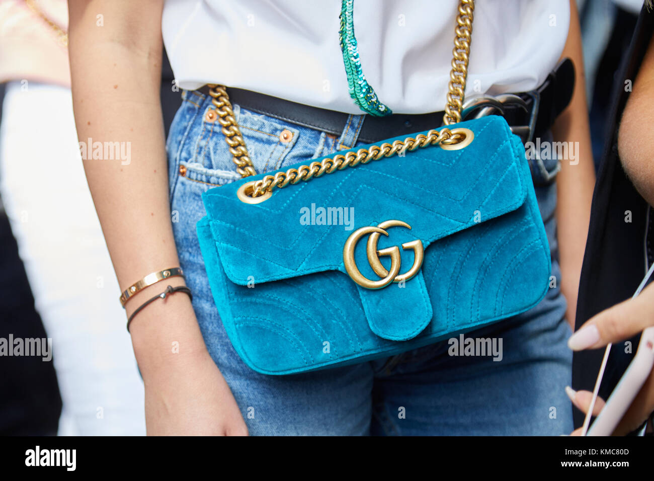 Milan - 23 septembre   woman with light blue velvet gucci sac avec chaîne  d or avant d Ermanno scervino fashion show, Milan Fashion week street style  o 0ade96942ae