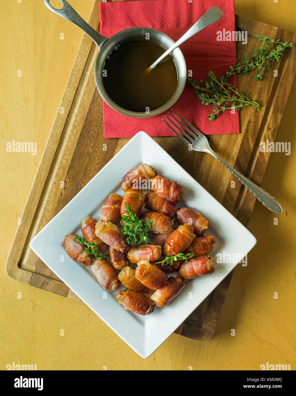 Les porcs dans des couvertures.Saucisses et bacon rouleaux. UK Food Photo Stock