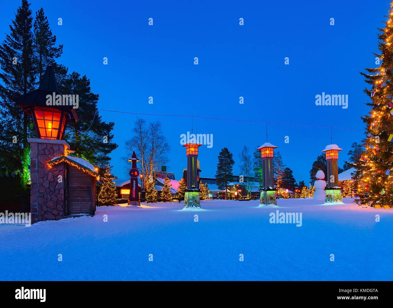 cercle arctique lanternes dans santa village avec arbres de no l en laponie finlande. Black Bedroom Furniture Sets. Home Design Ideas