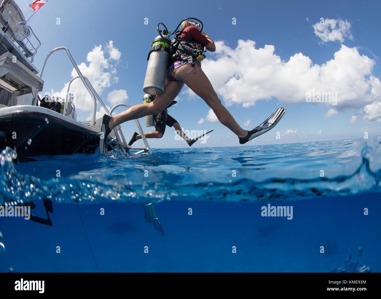 Les plongeurs se retrouvent dans l'eau faisant pas de géant. Banque D'Images