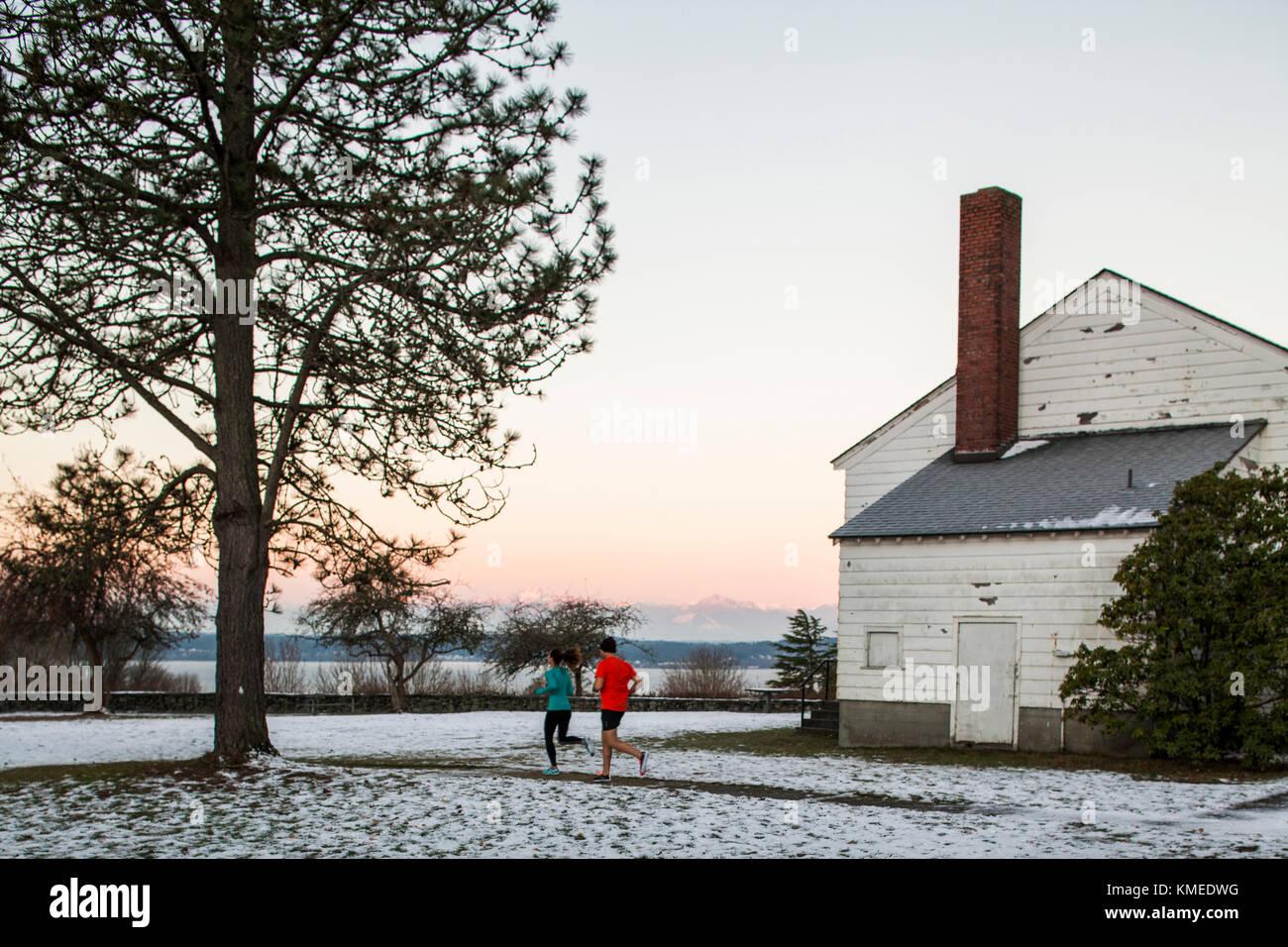 Les coureurs de Discovery Park à Seattle, WA lors d'une froide journée d'hiver ensoleillée mais. Banque D'Images