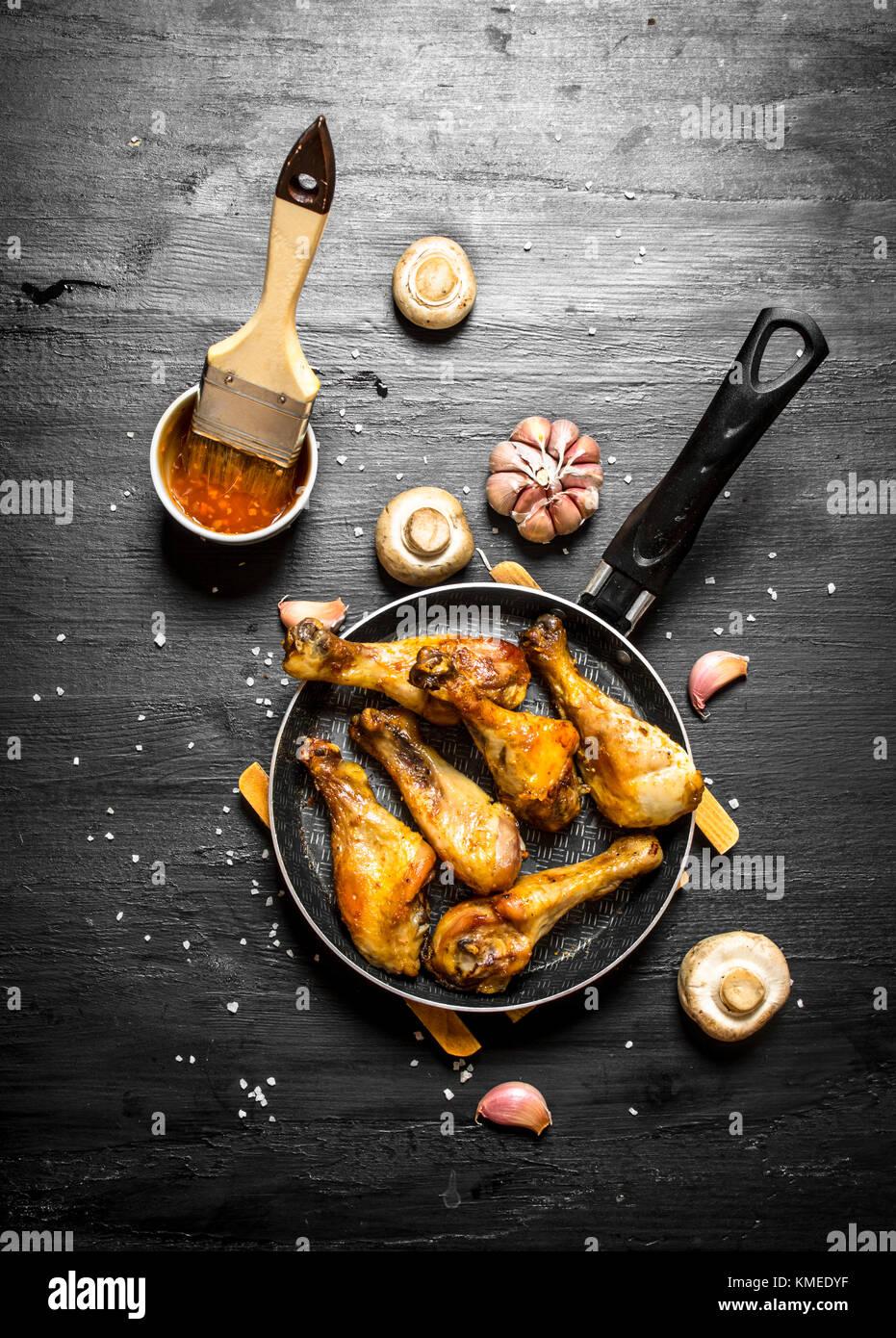 Poulet frit à la poêle avec les champignons , l'ail et la sauce tomate. Photo Stock