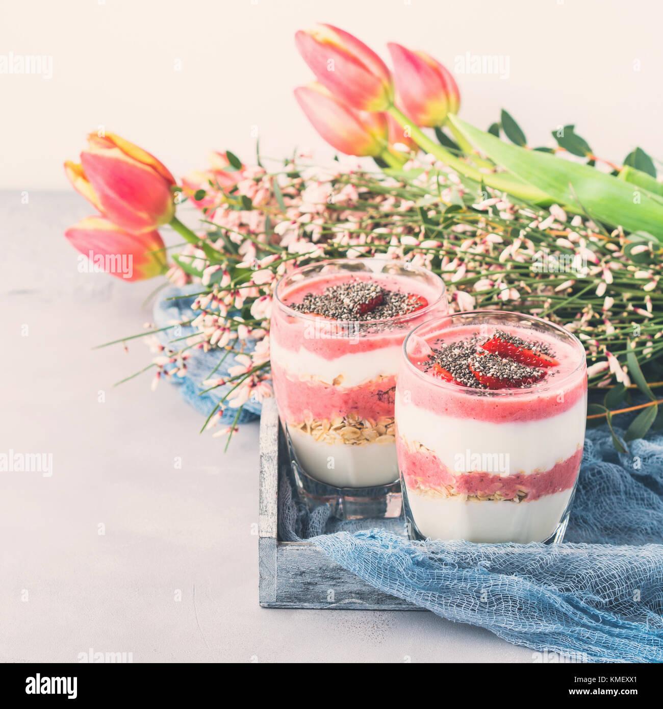 Fraise yogourt parfait petit-déjeuner romantique fête dessert avec ...