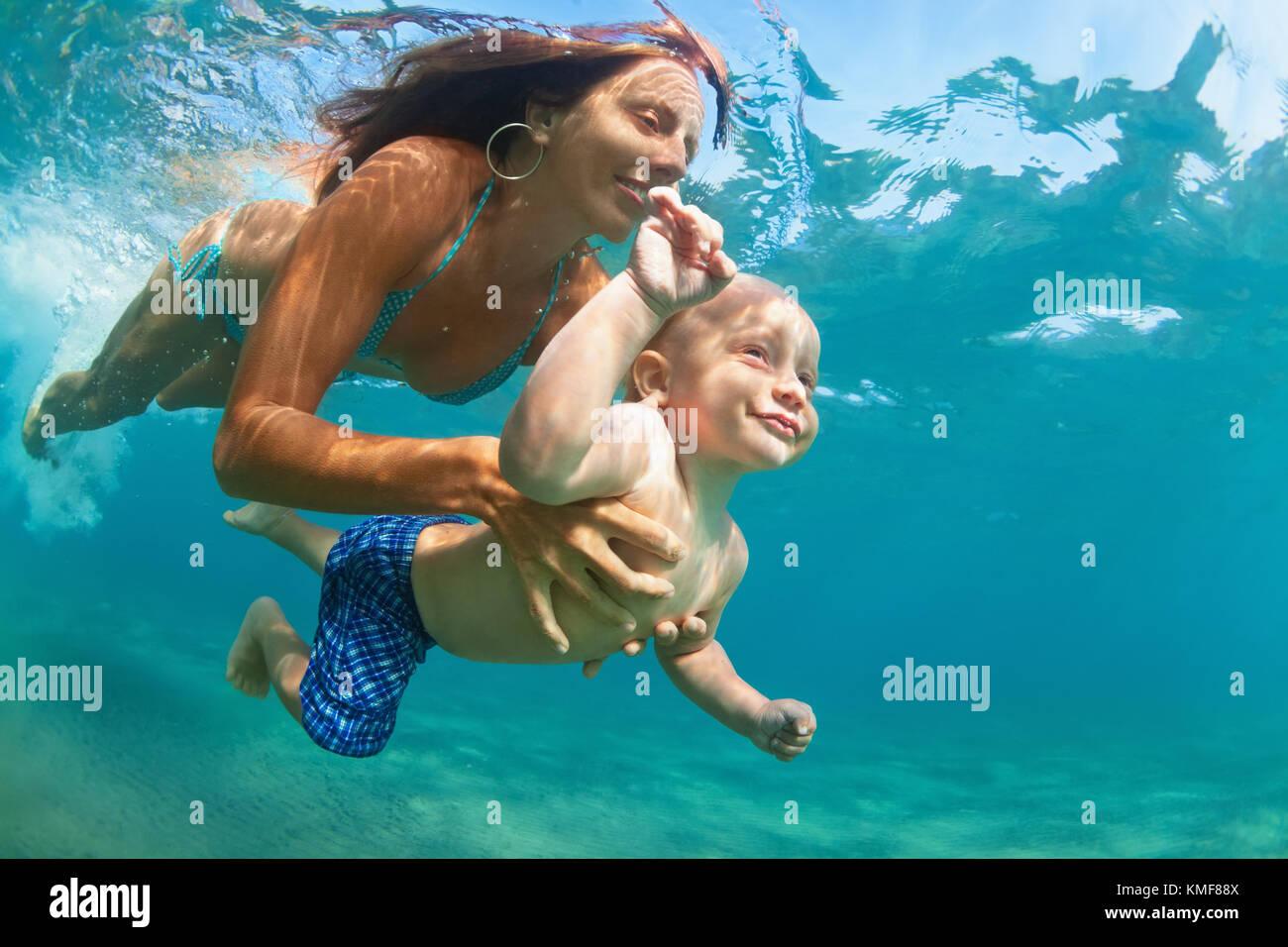 - Mère de famille heureuse avec son bébé sous-marine Plongée avec plaisir dans la piscine de la mer. mode de vie Banque D'Images
