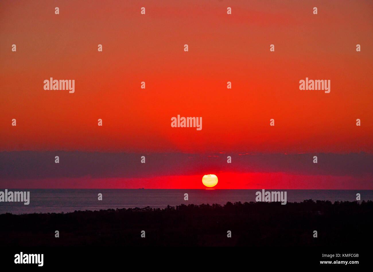 Un stunnig coucher de soleil sur la mer paphos, Paphos Chypre renouned pour ses couchers de soleil Photo Stock