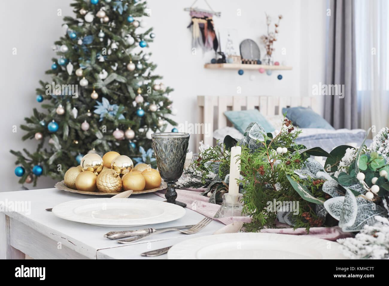 Tableau a servi pour le dîner de Noël dans la salle de séjour, vue en gros plan. Photo Stock