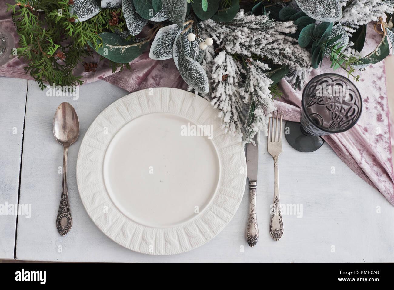 Tableau a servi pour le dîner de Noël dans la salle de séjour, vue du dessus. Photo Stock