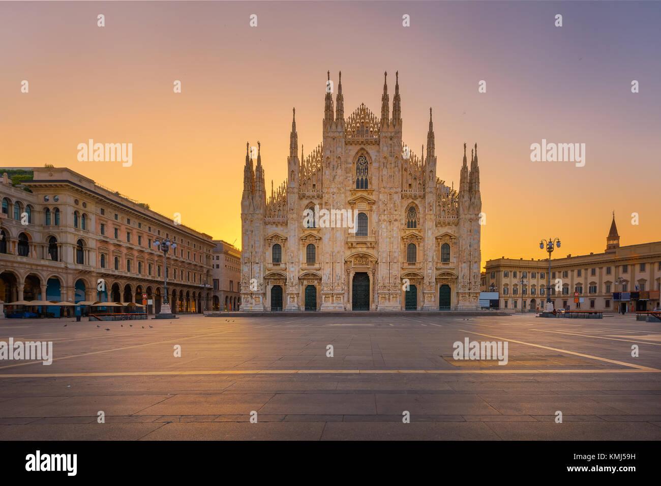 Duomo , Milan cathédrale gothique au lever du soleil,l'Europe.photo horizontale avec copie-espace. Photo Stock