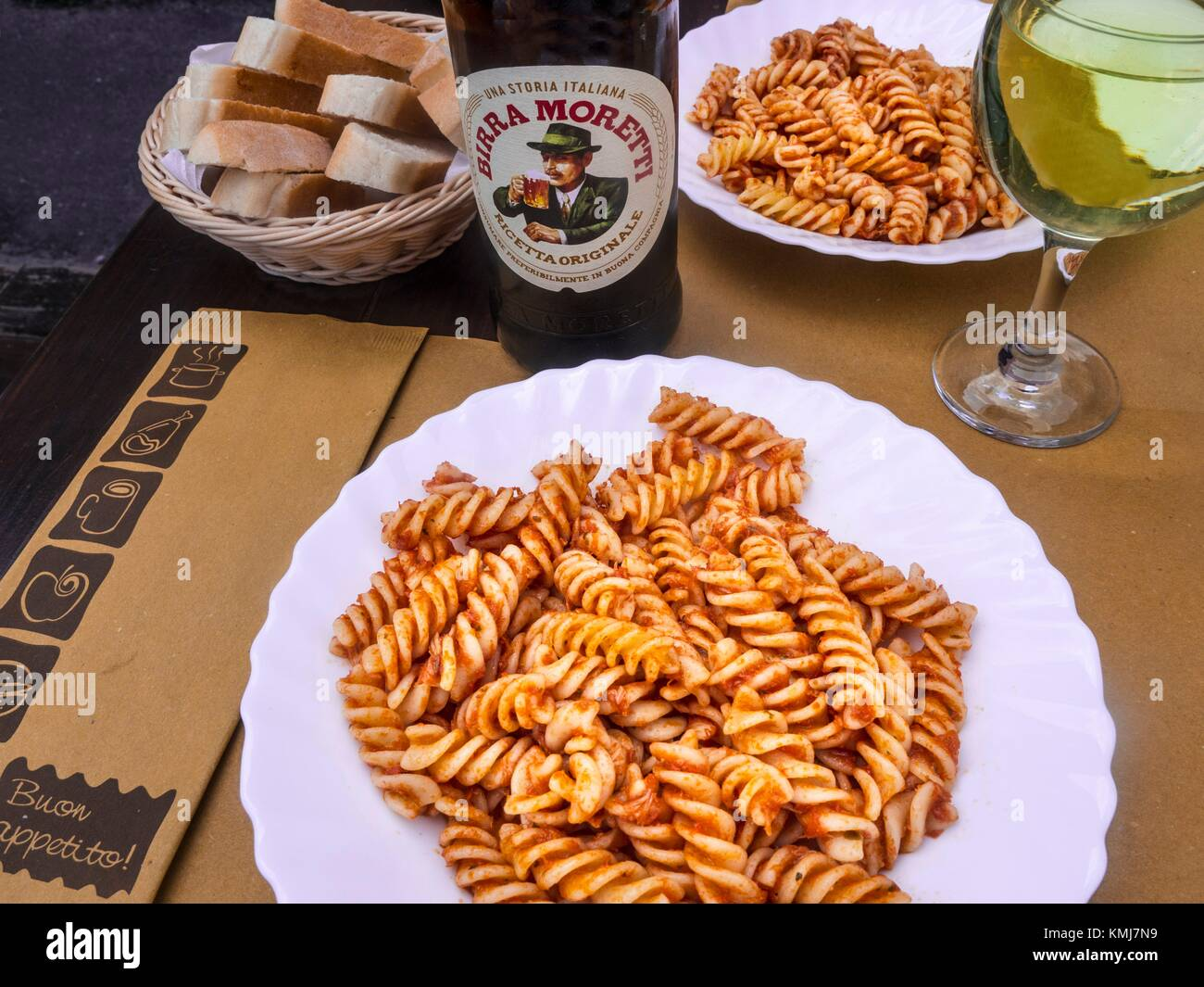 Italie- une alimentation Boissons- ''Pasta'' avec sauce tomate, bière locale et vin blanc. Banque D'Images