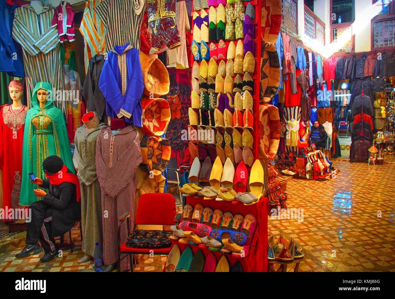 Maroc, Fès, dans l'un des nombreux souk de la ''Medina'' (partie ancienne) de Fès. Photo Stock