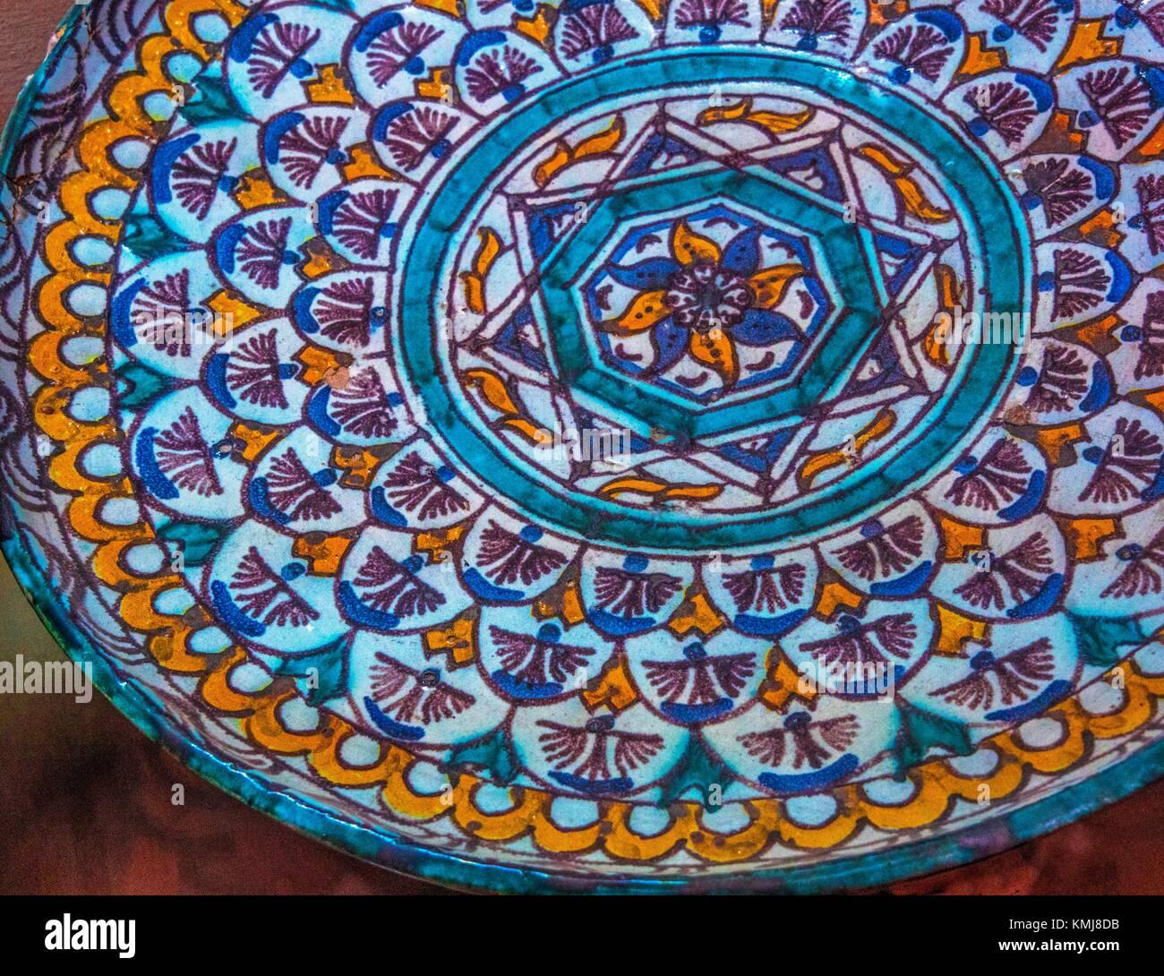 Maroc, Meknès, Musée Dar Jamaï: plaque en céramique 'pour' Ghtar couscous présentation. Photo Stock