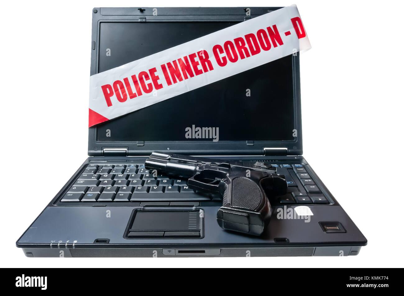 Ordinateur portable avec cordon intérieur police bande de scène de crime et un pistolet Photo Stock