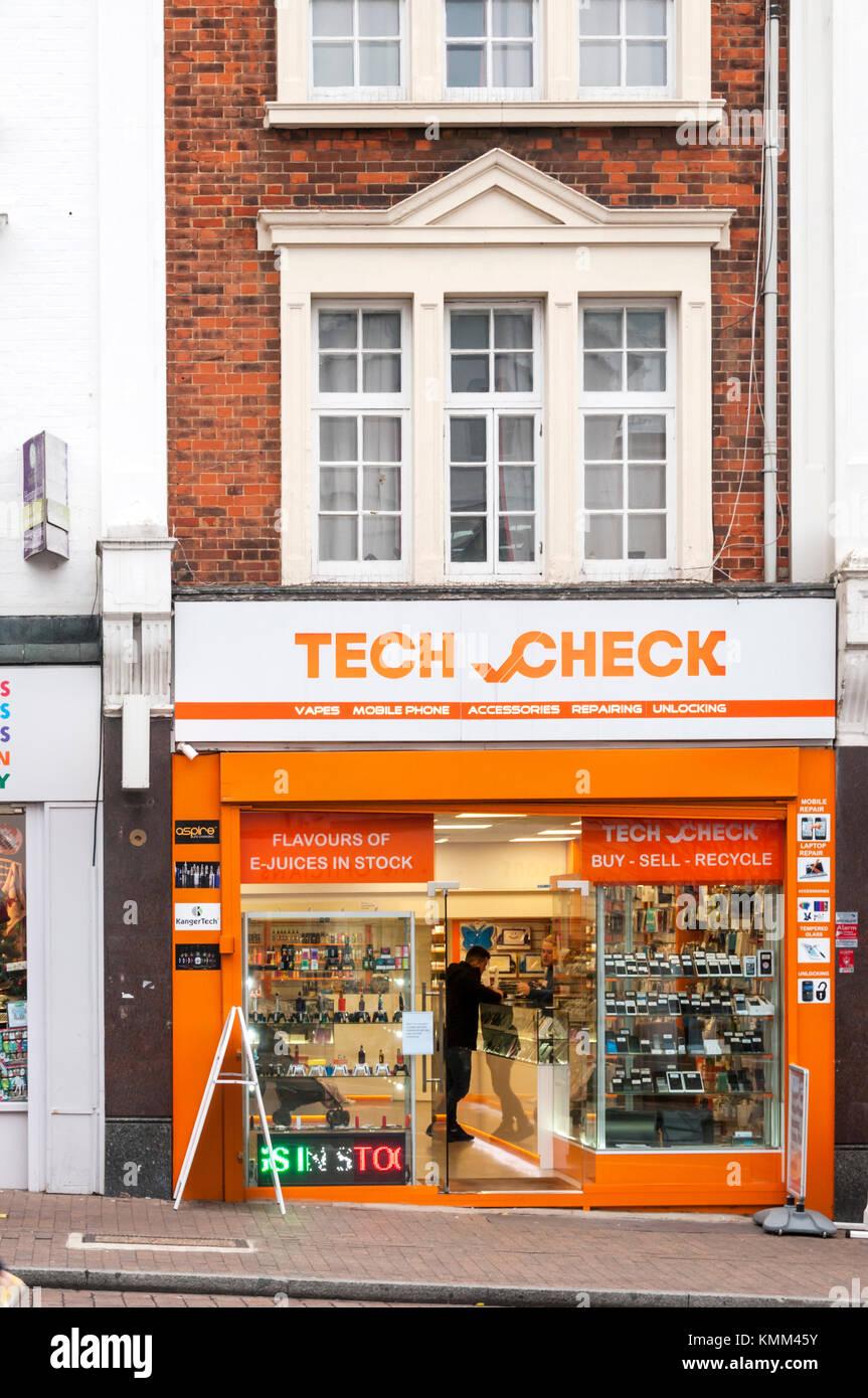 Locaux de contrôle de haute technologie, un téléphone mobile et vape shop à Bromley High Street. Photo Stock