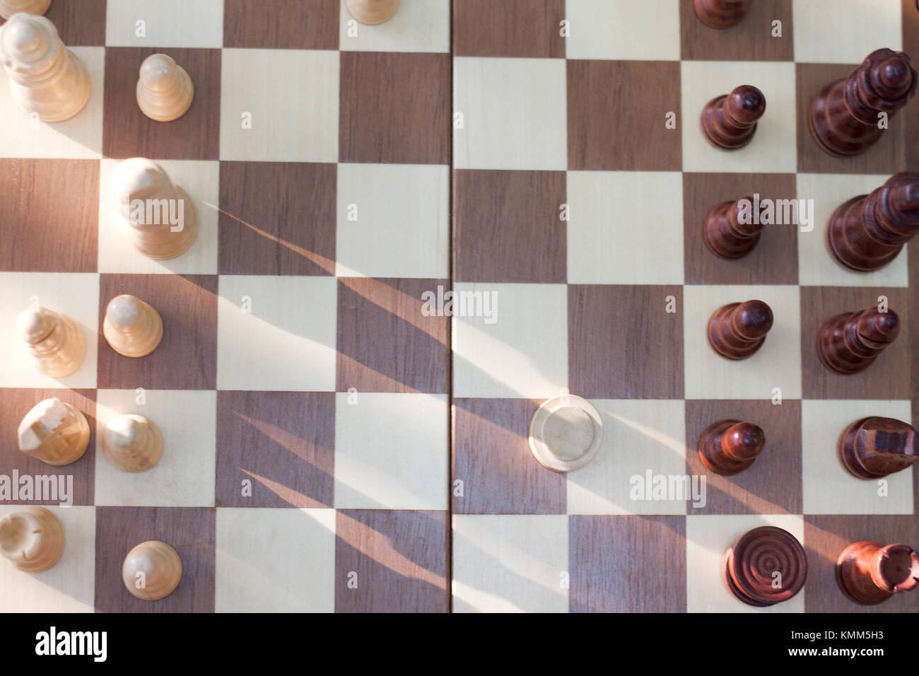 Une photo d'un échiquier et pièces d'échecs en bois, pièces d'échecs sur un échiquier Banque D'Images