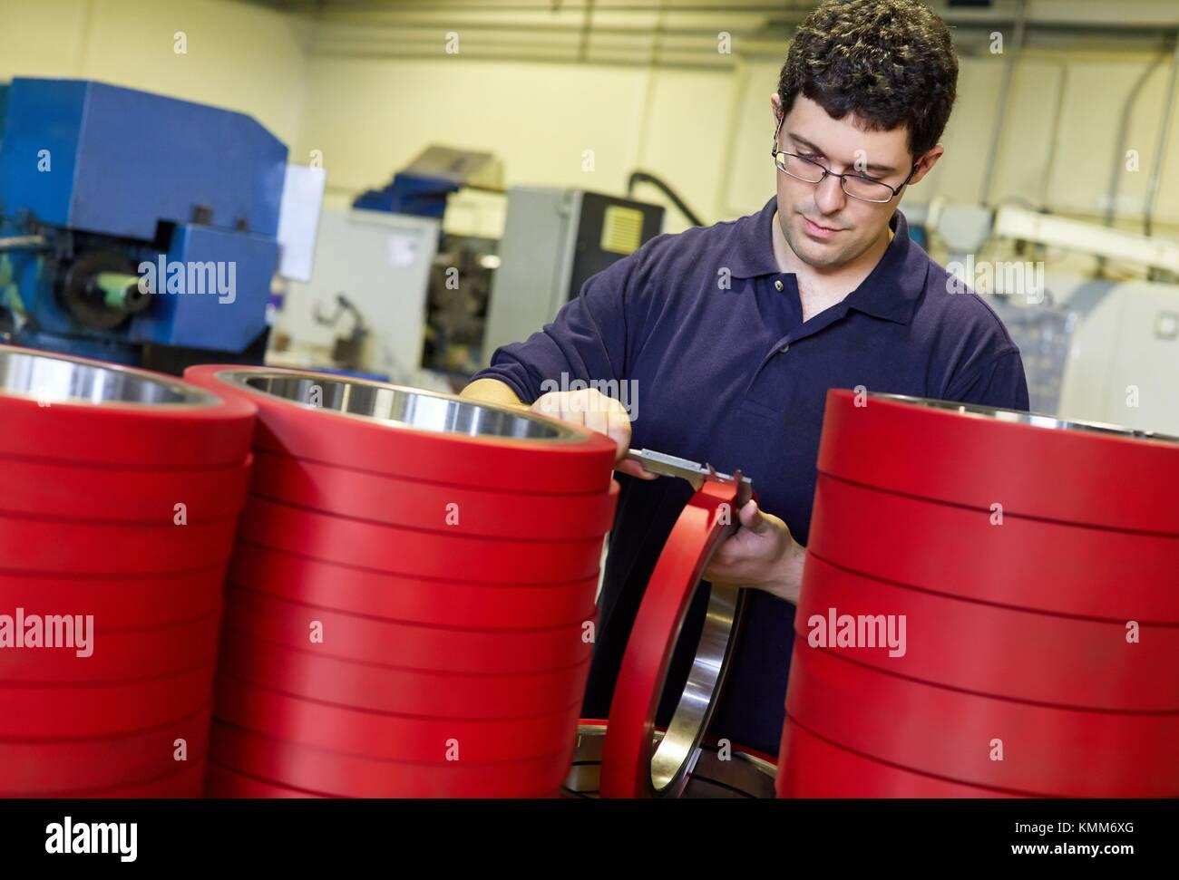 Technicien de contrôle de la qualité, contrôle de la mesure avec l'étrier, industrie mécanique, Photo Stock