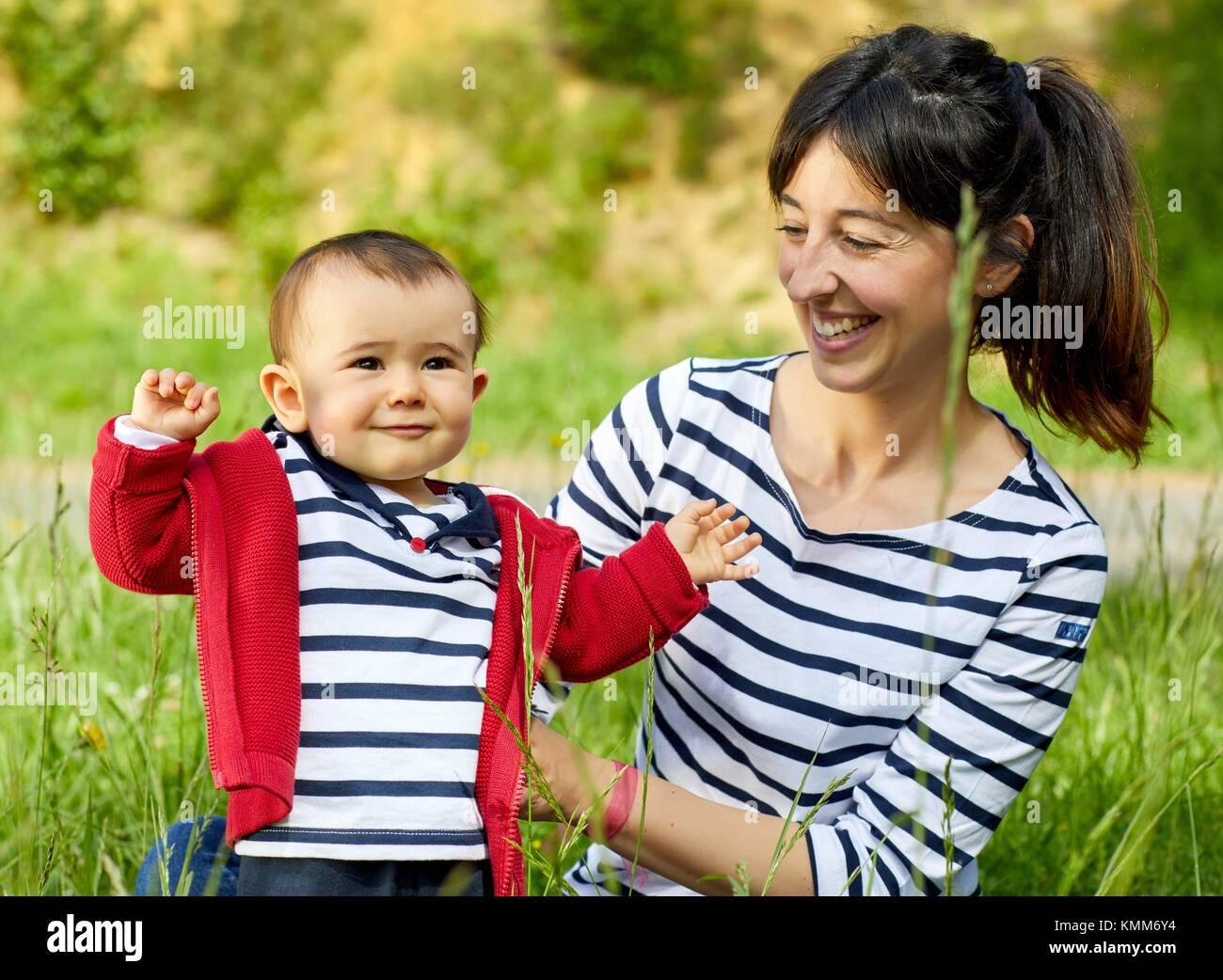 Mère et bébé dans le parc, Getaria, Gipuzkoa, Pays Basque, Espagne Photo Stock