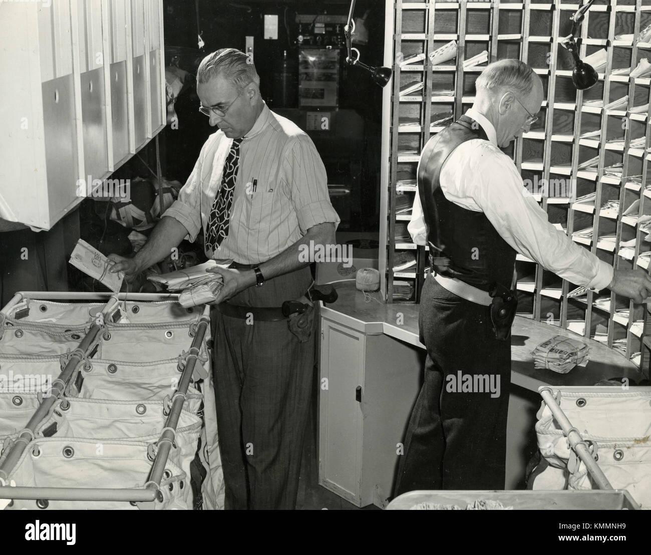 L'intérieur de l'aéronef Fairchild C-82 packet deux commis au service postal trier les mails, Photo Stock