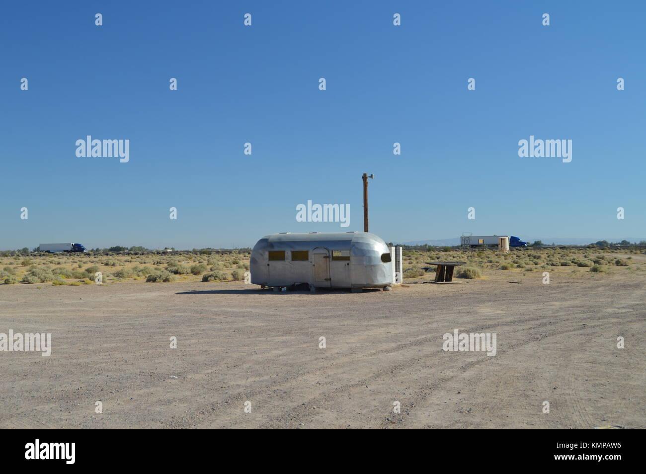 Caravane ancienne des années 60 sur la Route 66. Le 21 juin 2017. Californie, USA, Etats-Unis. Photo Stock