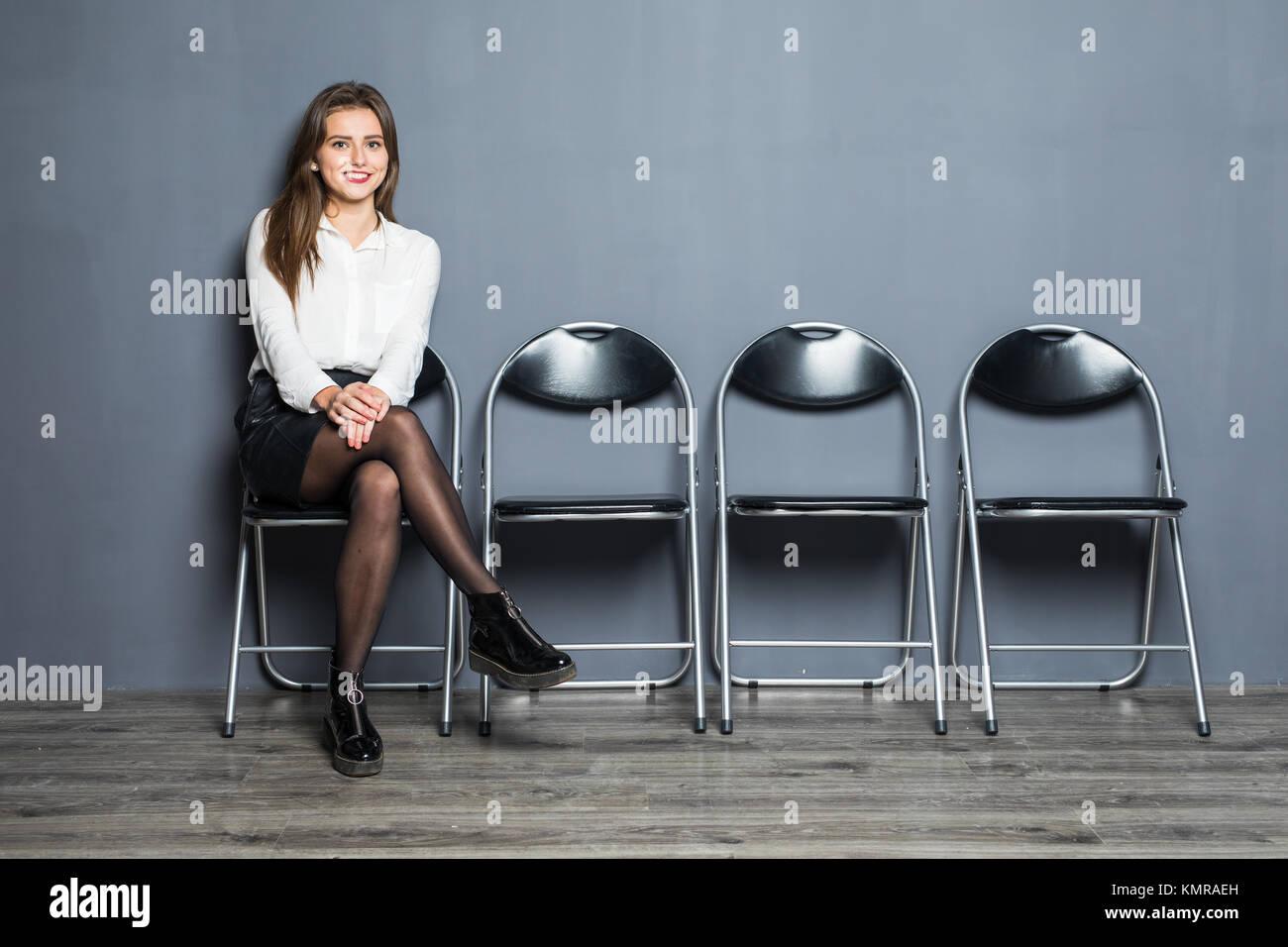 Jeune femme en attente d'entrevue d'emploi dans la salle de réception Photo Stock