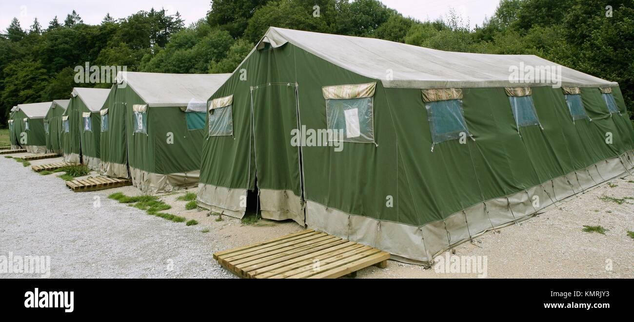 Grande Tente Verte Modele Camp Dans Les Pyrenees Pour Les Pelerins De Saint Jacques Photo Stock Alamy