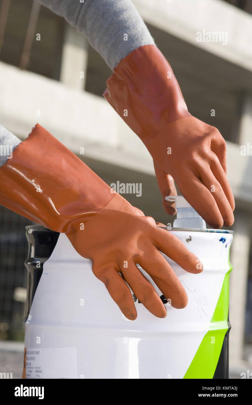 La manipulation de liquides corrosifs des gants de protection Banque D'Images